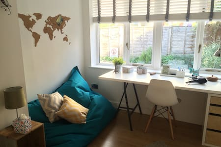 Double room in cosy coach house - House