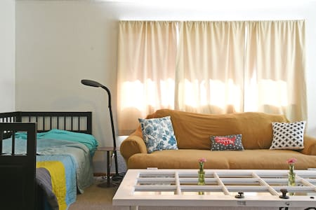Spacious 2nd Floor Living Room in Palms, West LA - House