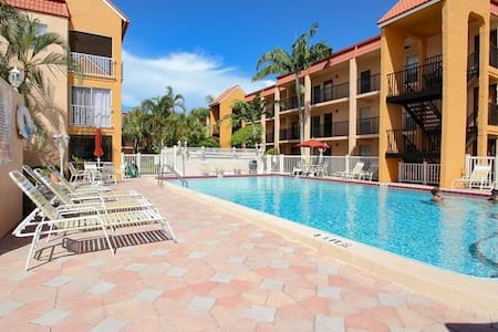 Walking Distance From the beach- 1 Block - Saint Pete Beach