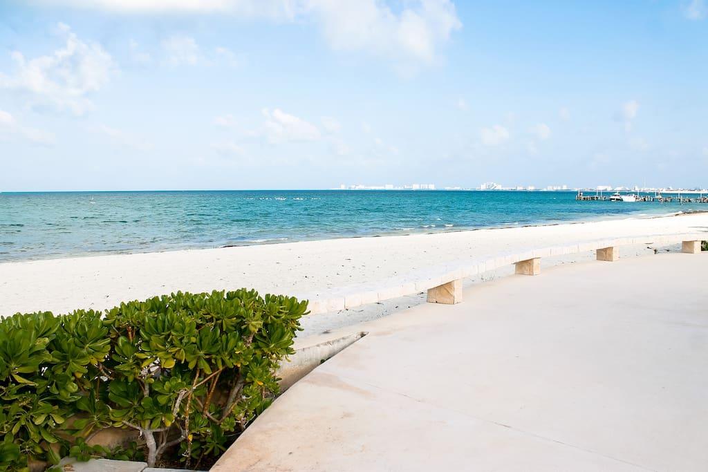 Excellent Condo Beach front !!