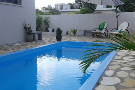 Davroche First Floor beach apartment with pool - Albion