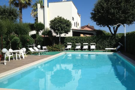 Luxurious Villa with swimming pool very near Rome - Fregene RM