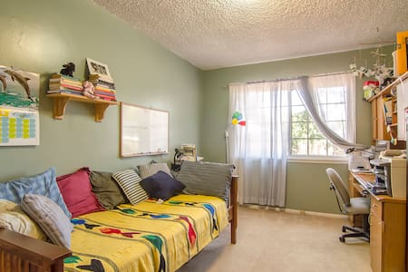 Comfy room in quiet home. 20 min. from Pepperdine and Malibu's famous beaches! Hiking, beaches, great outdoors all nearby. Close to freeway, stores, restaurants. Perfect for students, or those transplanting to West Coast. Hollywood is 30 min. away.