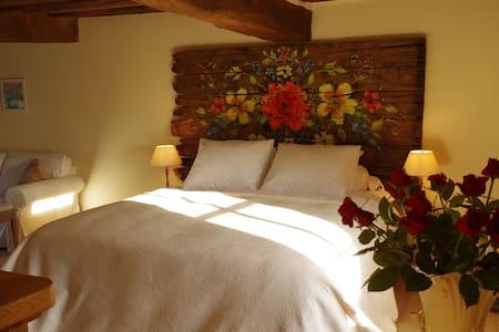 """Chambre d'hôte """"la rose rouge"""" avec privé SPA - La Comelle - Bed & Breakfast"""