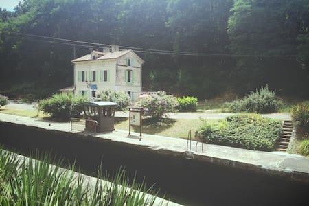 Maison éclusière au bord de la voie verte - Guesthouse