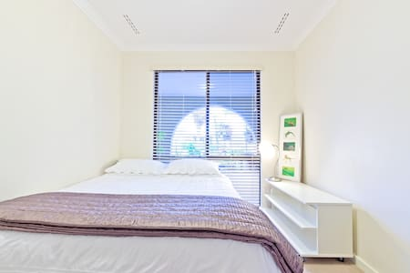 Relaxed Home & Helpful Host! Queen2 - Duncraig