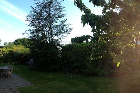 Großes Zimmer+ruhige Lage+gr.Garten