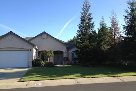 Private room, queen bed, full kitchen, close I-5 - House
