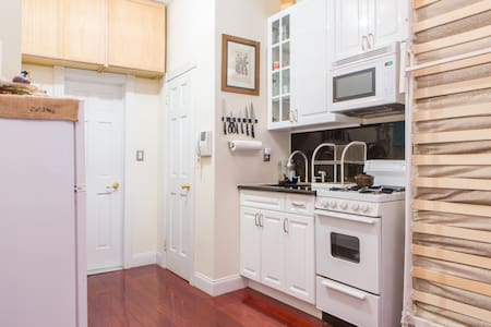 You will absolutely adore staying in this historic & fun area. I have a very quiet studio with stunning cherry hardwood floors. The place was just renovated & is meticulously clean. Also enjoy your view of the building's private courtyard!