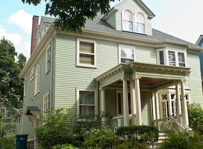 Lovely Park Ave Room - Rochester - House