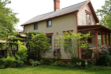 Charming 1870's home in Cinci's historic painted lady district. Ten minutes to downtown and stadiums; one mile to Lunken Airport.  Easy walk to numerous restaurants, pubs, Ohio riverside, parks, Starbucks. Private patio in beautiful garden.
