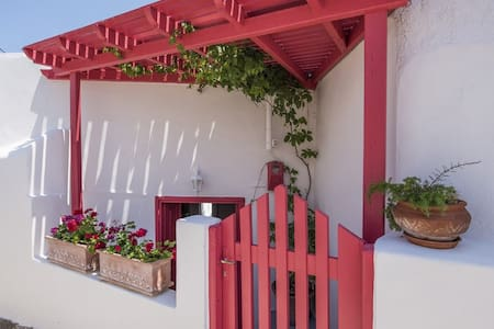 Heart of Fira,private house,cozy..