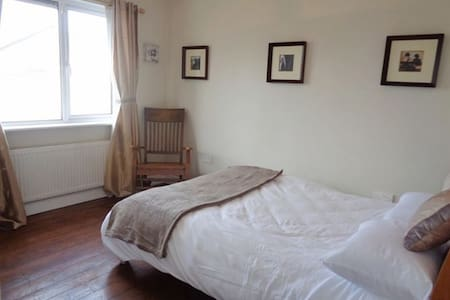 Spacious double bed close to Phoenix Park - House