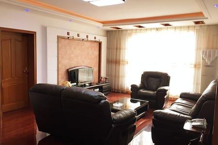 机场附近优质家庭公寓(近地铁,生活便利) - Wohnung
