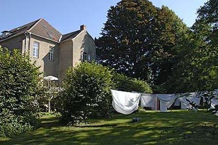 Burg Stavenow, gepflegte Apartments - Castillo
