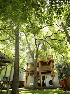 4BR S 1st Treehouse {Bikes & Beer!} - Austin - House