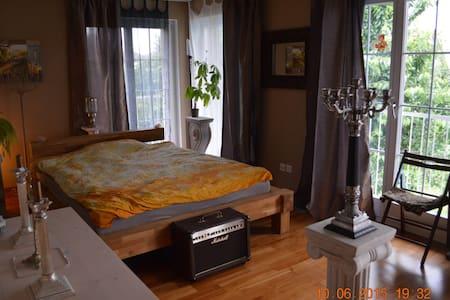elegantes, helles Zimmer mit Balkon - House