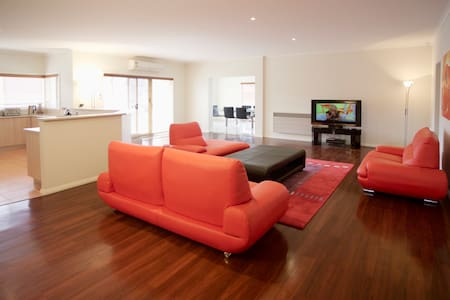 BULLA HILL - MELBOURNE SLEEPS 12 - Ev