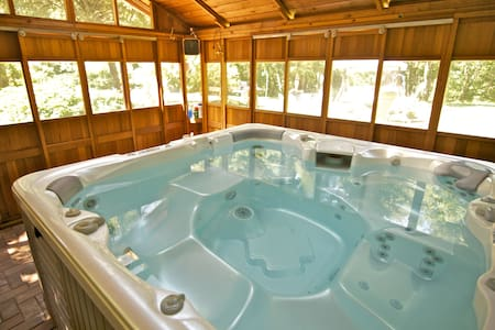 Spa in the Woods! Explore & Relax.  - Bed & Breakfast