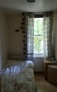Room in between Essex Road/Upper St