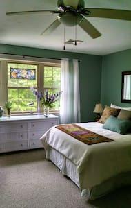 Hayes Homestead II - Bed & Breakfast