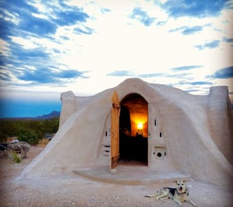 Off-grid Adobe Dome in the Desert - Terlingua - Maison écologique