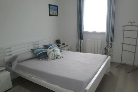 Chambre privée avec salle de bain - Bruz - House