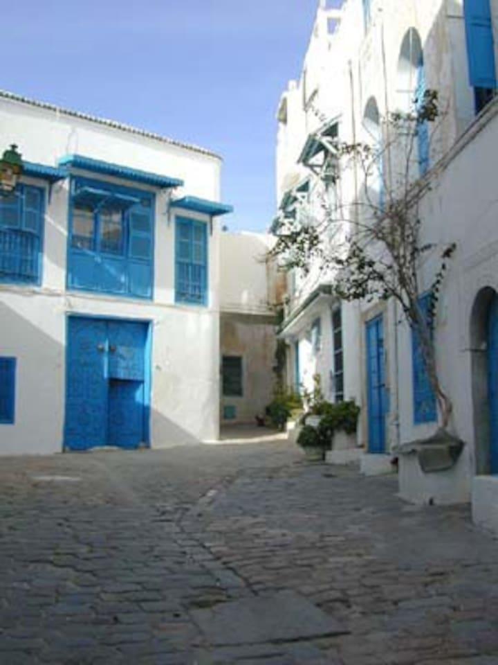 L'impasse Snoussi, à droite la façade de Dar Zembra où se trouve le studio