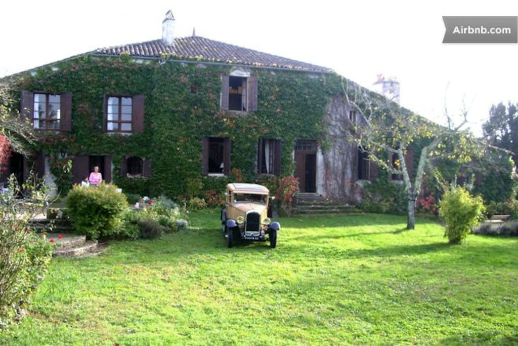 The House and the old car / La maison et la vieille voiture