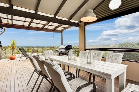 Everything you need for a very relaxed holiday close to beach, in very tasteful home. The elevated treetop position provides privacy from which to enjoy stunning views across the Bay watching passing ships, as well as Arthurs Seat and beyond.