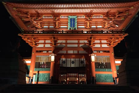 Close to Fushimi Inari Shrine 伏見稲荷 - 京都市
