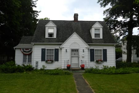 Corner Cottage in Cazenovia Village - Ház