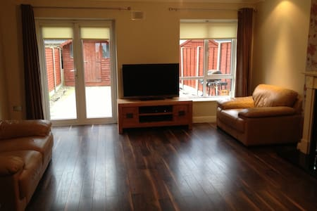 Double bedroom 5 mins from airport - Casa