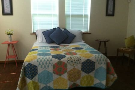 Blue Sky Bliss Bedroom - Queen Size Bed - 2 Guests - Albany - Maison
