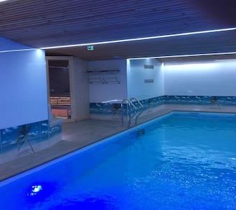 Luxueuse maison avec piscine intérieure 12m sauna - Chambres d'hôtes