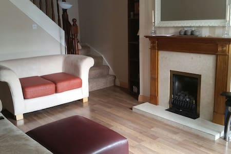 Cosy 2bed house 20 mins from city