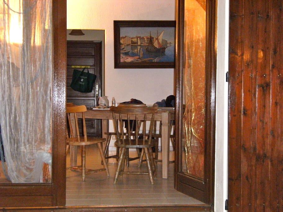 l'entrée par la terrasse dans le salon, salle à manger