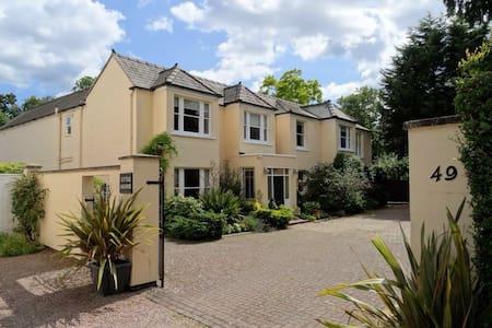 Twin en-suite Garden Room - Swindon Village - Bed & Breakfast