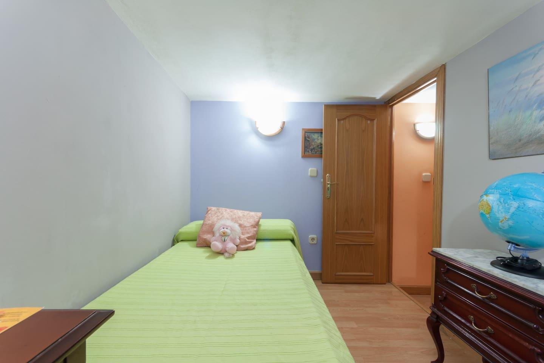 Habitación interior, con una pequeña ventana que da al salón.  Con una pequeña escalera para subir a la habitación es tipo Lot el piso,