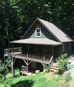 Secluded mountain cabin 3 miles from downtown Boone! Private bedroom/bath. Large open porch. Wooded/mountain views. Shared kitchen/dining/living room. Feel free to use our grill! Must have 4wd in winter if snowing, otherwise 2wd will be fine.