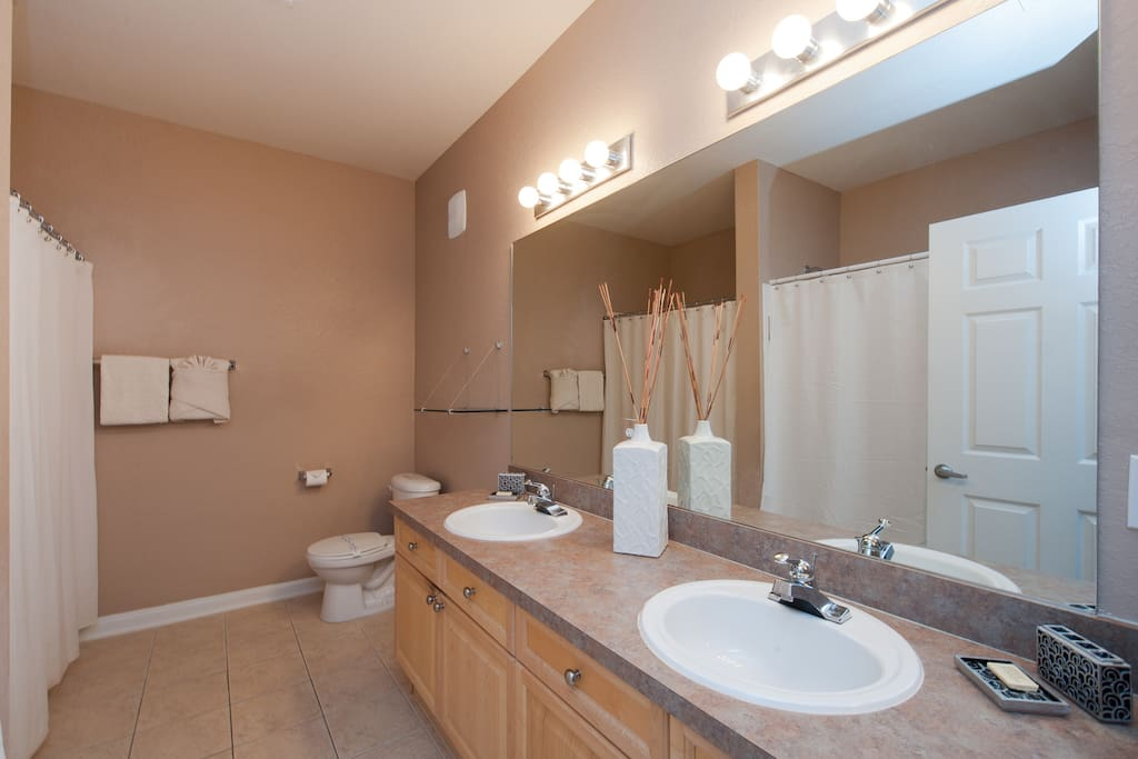 En-suite Master bathroom (towels provided)