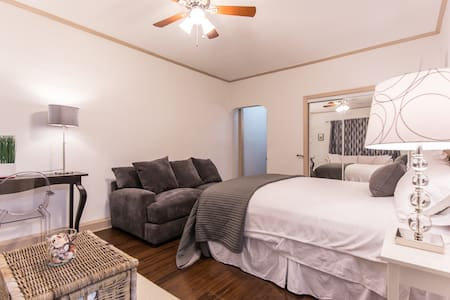 Beautiful Studio Hollywood Blvd - Los Angeles - Apartment