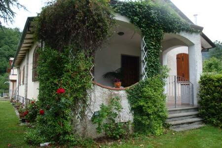Villa in collina con giardino - Camaiore - Villa