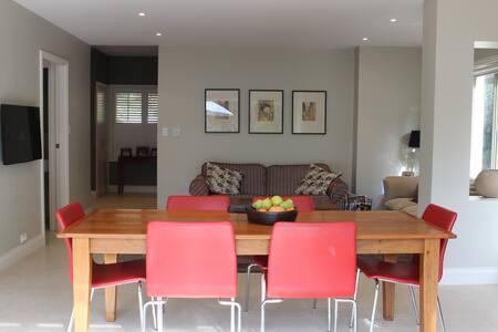 Modern home close to city & beaches - House