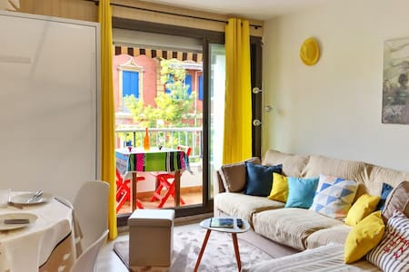 Sunny studio apartment w/balcony - Lägenhet
