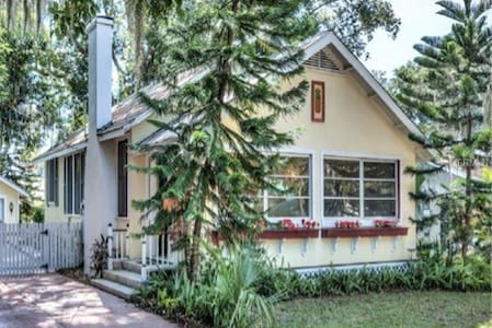 Charming In Town Bungalow - Casa