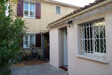 Studio indépendant (sans cuisine) quartier calme - House
