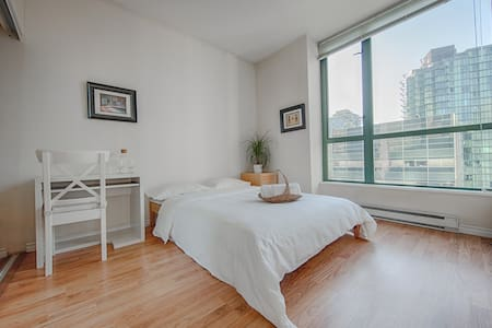 Beautiful bright private room in a luxury Coal Harbour apartment. Steps away from Seawall, Robson Street, Stanley Park, Skytrain and bus. The room has a double bed with great views. Private bathroom & shower,  and home-style breakfast are included.