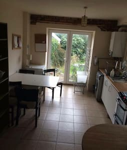 Great location. Only a 5 minute walk to the beach, 10 minutes to city center and 10 minutes to University. Use of kitchen and bathroom in a shared house. This house is ideal for students or those not looking for luxury - a clean room for the night.
