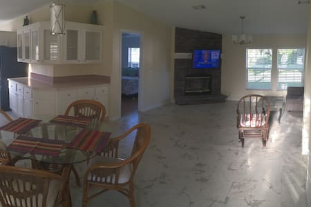 Beautiful Spacious Full Size House - Palm Bay